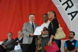 Anastasia entrega escrituras de imóveis financiados pela Cohab Minas
