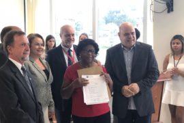 Famílias recebem escrituras de casas da Cohab Minas após 30 anos